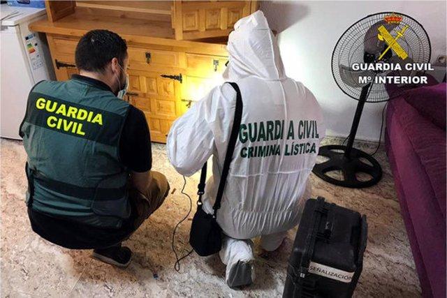 Efectius de la Guàrdia Civil a l'escena del crim de Rojales recollint proves. Imatge cedida el 7 d'octubre del 2020 (Horitzontal)
