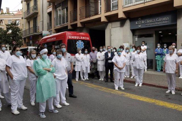 Minut de silenci a la Clínica de Girona per condemnar el crim de la supervisora d'infermeria del Servei de Nefrologia i Diàlisi, el 7 d'octubre del 2020 (horitzontal)