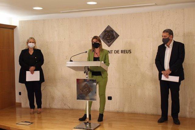 Pla general dels regidors de l'Ajuntament de Reus Montserrat Caelles, Noemí Llauradó i Carles Prats en roda de premsa el 7 d'octubre del 2020. (Horitzontal)