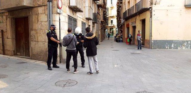 Pla general d'agents de la Policia Local de Tortosa tramitant denúncies per l'incompliment de les mesures per aturar la covid-19. (horitzontal)