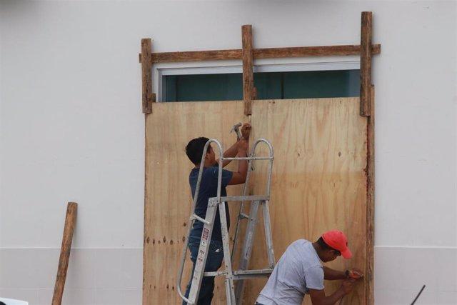 Preparativos en Puerto Morelos ante la llegada del huracán 'Delta'