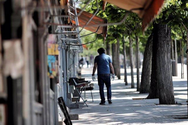 Un hombre pasea por los puestos en el Mercado de libros de la Cuesta Moyano.