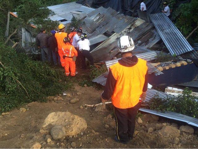 Imagen de archivo de voluntarios y miembros de los equipos de rescate en Guatemala.