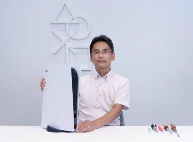 El vicepresidente del departamento de diseño mecánico dentro de la división de Diseño de Hardware de SIE, Yasuhiro Ootori, muestra el interior de la PlayStation 5