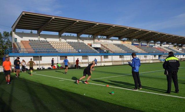 Pla obert de les proves físiques dels aspirants a cobrir quatre places d'agent de la Policia Local de Mollerussa, el 7 d'octubre del 2020 al camp de futbol de la localitat. (Horitzontal)