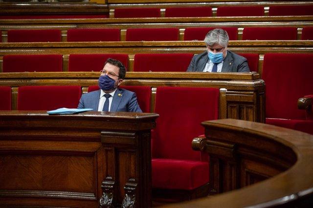 El president en funcions de la Generalitat, Pere Aragonès, i el president de JxCat al Parlament, Albert Batet, a la cambra catalana.