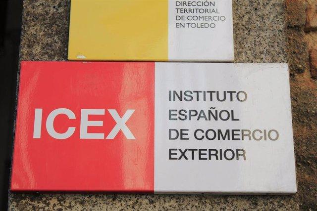 Rotulo de ICEX, ubicado en un lateral de la entrada, de la Camara de Comercío