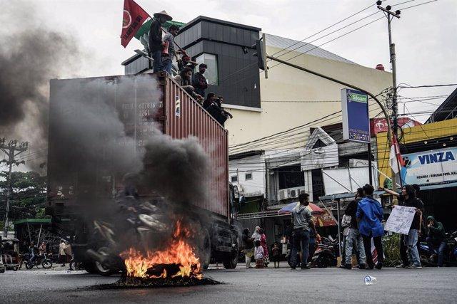 Indonesia.- Disturbios y enfrentamientos entre policías y manifestantes durante