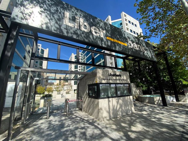 """Entrada a la sede central de Liberbank, en Madrid (España), a 5 de octubre de 2020. Unicaja y Liberbank han confirmado este lunes contactos """"preliminares"""" de cara a una posible fusión, sin que, por el momento, se haya adoptado ninguna decisión al respecto"""