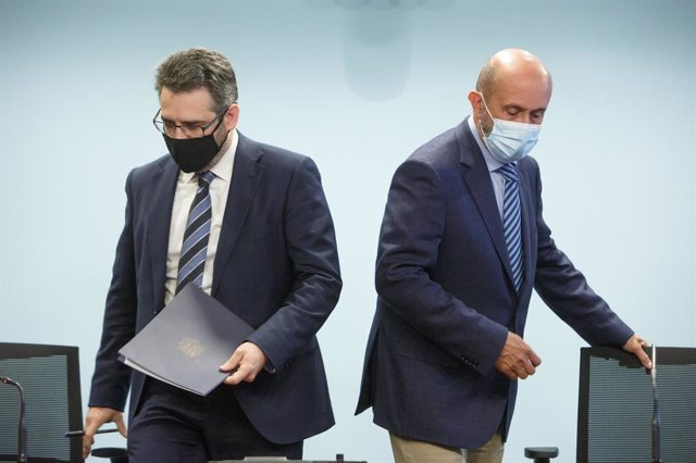 El ministre Portaveu, Eric Jover, i de Salut, Joan Martínez Benazet, arribant a la sala de premsa de l'Edifici Administratiu del Govern