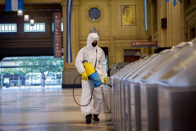 Trabajador desinfectado zonas de Buenos Aires.