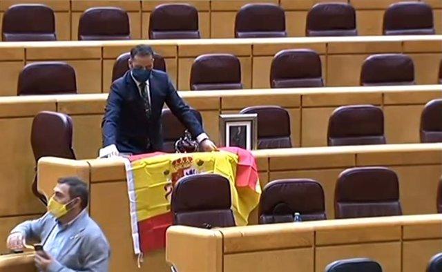 Un senador del PP recibe a Iglesias con la bandera de España, una corona y una f