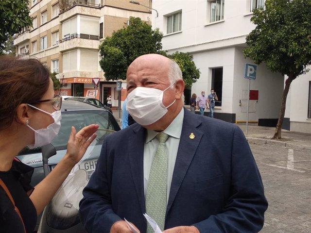 El consejero de Salud y Familias, Jesús Aguirre, atiende a los periodistas.