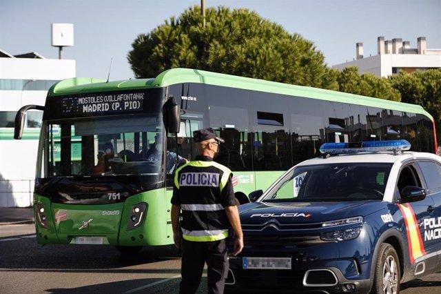 Un agente de la Policía Nacional durante un control policial en una calle de Móstoles, Madrid (España), a 7 de octubre de 2020.