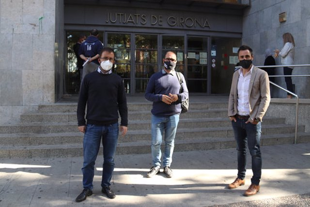 Pla general dels alcaldes de Sant Gregori, Sarrià de Ter i Sant Julià de Ramis davant dels Jutjats de Girona després del judici pel robatori de pancartes i estelades el 8 d'octubre de 2020 (Horitzontal)