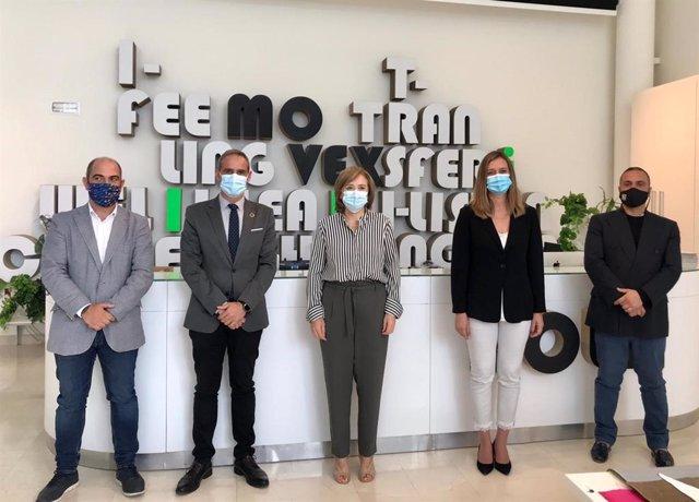 Sandra García visitando al sector de la piel en Ubrique
