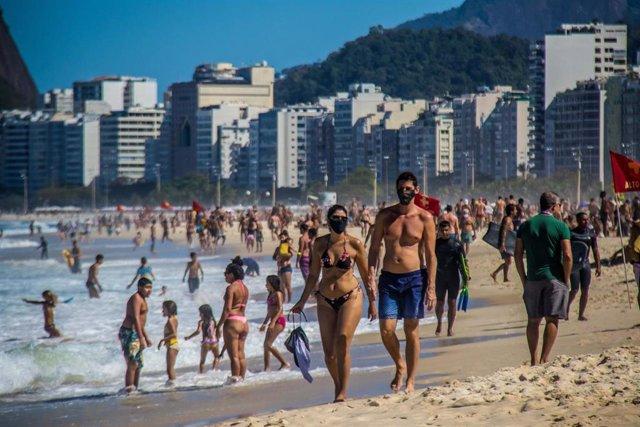 Una pareja camina por las playa de Leme, en el sur de Río de Janeiro.