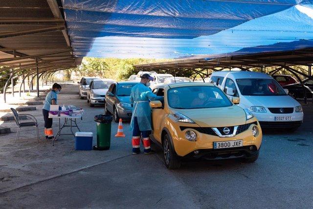 Realización de  pruebas  del test Covid-19 en el aparcamiento del Hospital Militar de Sevilla.  2 de septiembre 2020