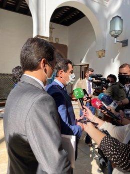 El presidente de la Junta de Andalucía, Juanma Moreno, atiende a los medios en el Parlamento andaluz.