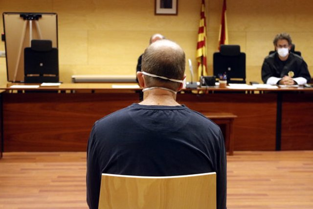 L'exsecretari judicial de Santa Coloma de Farners que es va embutxacar 1.400 euros, aquest 8 d'octubre del 2020 a la sala de vistes de l'Audiència de Girona. Pla mig (Horitzontal)