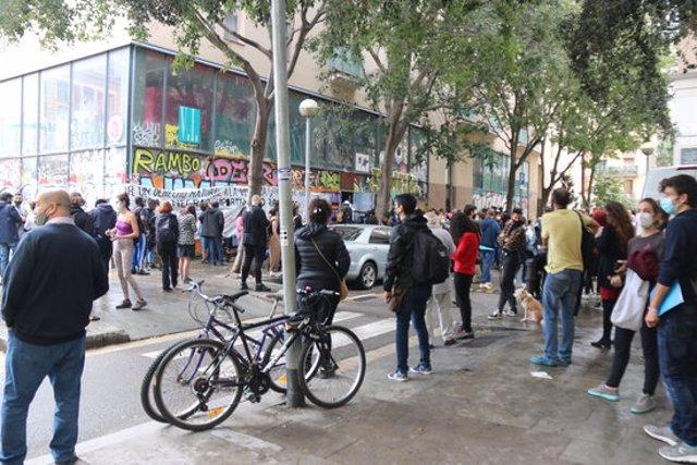 Imatge de desenes de persones intenten evitar el desallotjament d'un local al Raval ocupat per dones migrades i el Sindicat Manter el 8 d'octubre del 2020 (Horitzontal)