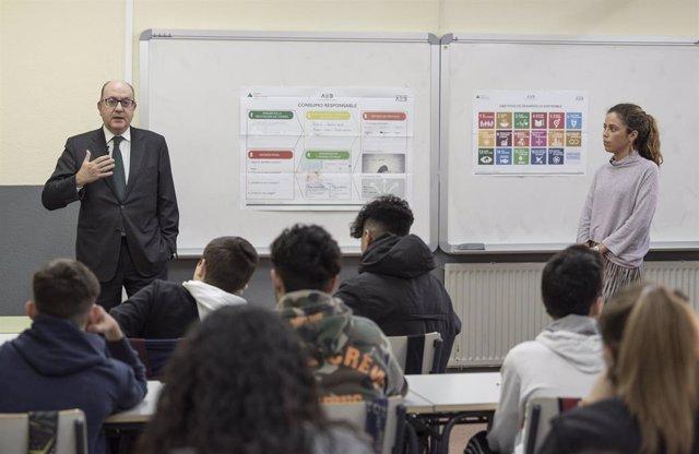 José María Roldán, presidente de AEB, durante la primera clase del programa 'Tus finanzas, tu futuro'