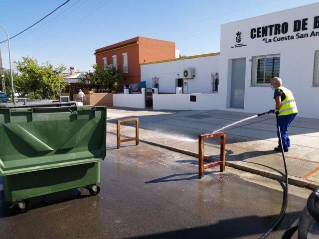 Un operario en labores de limpieza en San José del Valle