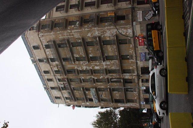 Pla general de l'edifici Aragó 477. Imatge del 8 d'octubre del 2020. (Vertical)
