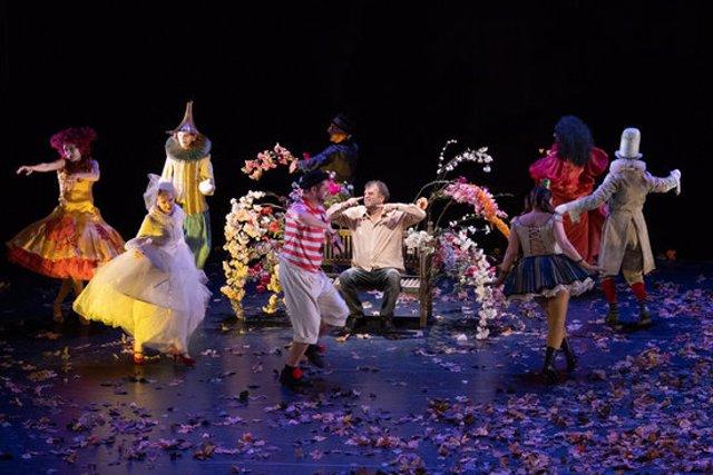 Pla obert dels actors de 'La Gioia' ballant al voltant del director Pippo Delbono en un moment de l'obra. Imatge cedida a l'ACN el 8 d'octubre de 2020 (Horitzontal)