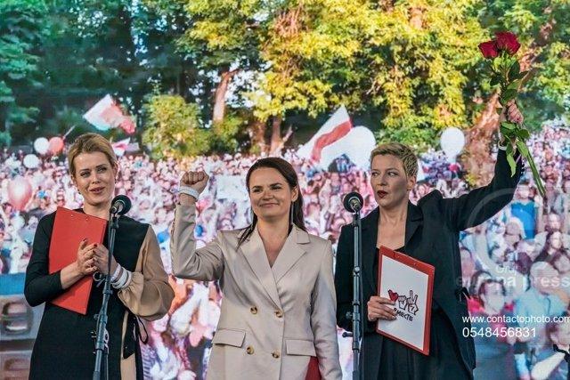 Les opositores Svetlana Tikhanóvskaia, al centre, juntament amb Veronica Tsepkalo, a l'esquerra,  i Maria Kolesnikova.