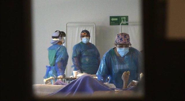 Médicos chilenos atienden a un paciente con COVID-19.