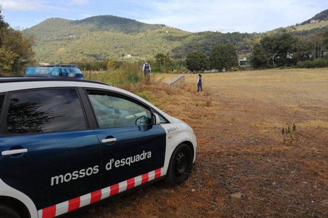 Pla general d'un vehicle dels Mossos d'Esquadra amb diversos agents buscant un home desaparegut a Olot el 8 d'octubre de 2020 (Horitzontal)