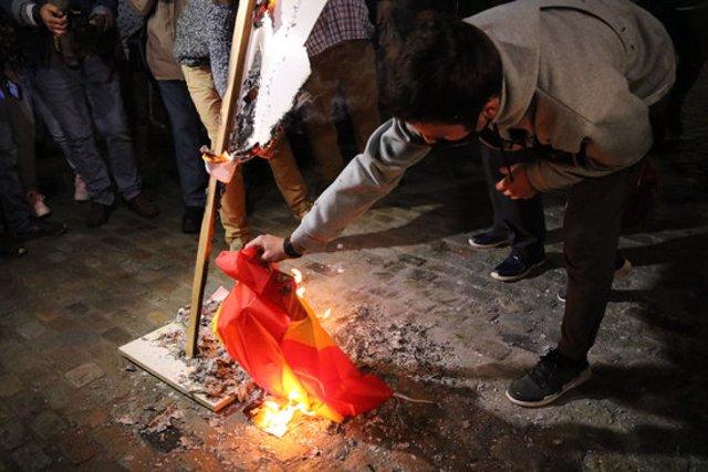 La crema d'una bandera espanyola durant l'acte a Girona, aquest 8 d'octubre del 2020. (Horitzontal)