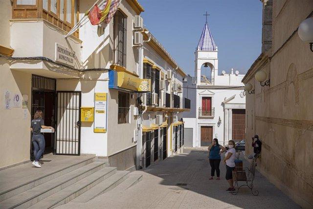 Vecinos de Casariche esperan cola en Correos en la segunda jornada de confinamiento por la alta incidencia del coronavirus en el muncipio. En Sevilla (Andalucía, España), a 01 de octubre de 2020.