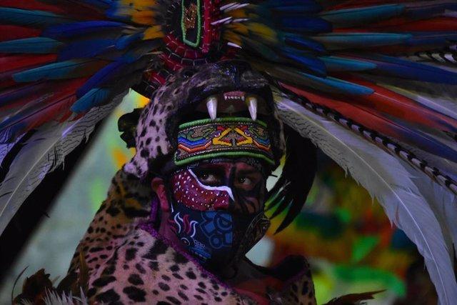 Un actor caracterizado como hombre prehispánico interpreta la leyenda de la llorona como parte de las celebraciones del Día de Muertos.