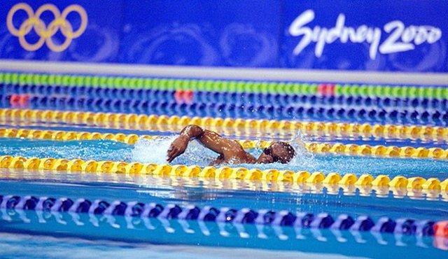 El nadador de Guinea Ecuatorial Éric Moussambani en los Juegos Olímpicos de Sydney 2000