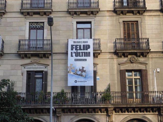 Òmnium cuelga una pancarta frente a la Estación de França: 'Juan Carlos Primero,