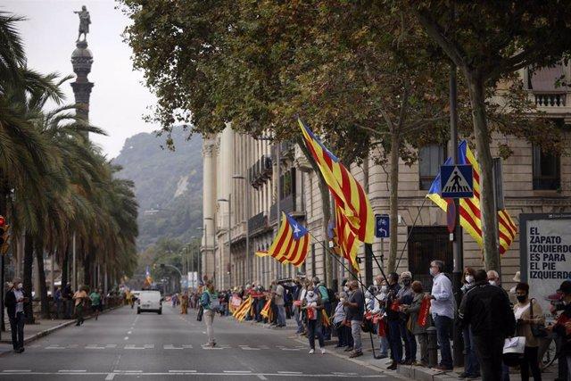 Manifestantes independentistas forman una cadena humana en protesta por la visita del Rey a Barcelona entre el monumento de Colón y el Pla de Palau, en Barcelona, 9 de octubre de 2020.