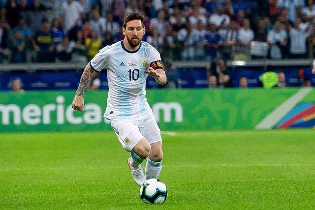 Fútbol/Mundial.- (Crónica) Argentina se agarra a un penalti de Messi para inicia