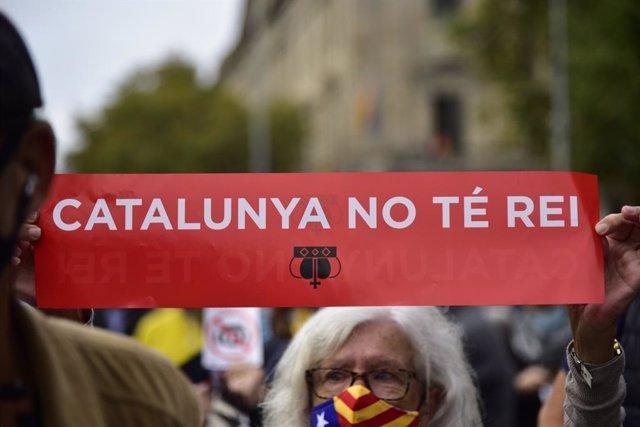 Manifestants davant l'estació de França de Barcelona per l'acte del rei Felip VI a BNEW