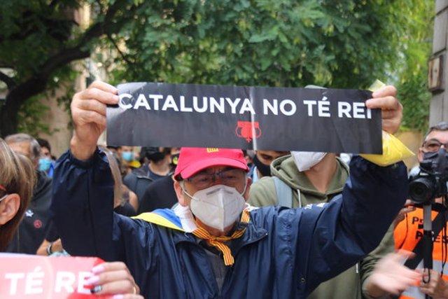Imatge d'alguns dels manifestants convocats pels CDR per la visita del rei el 9 d'octubre del 2020 (horitzontal)
