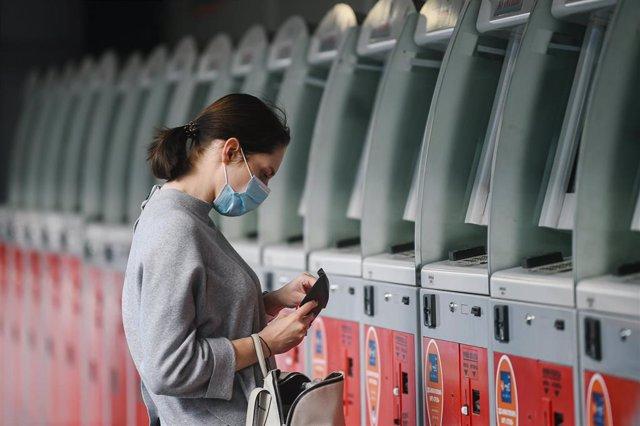 Una mujer con mascarilla en una estación de tren en Moscú