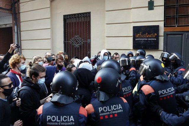 Pla mig del segon enfrontament entre activistes i Mossos d'Esquadra durant el desnonament al carrer Alcalde Fuster de Lleida. Imatge del 9 d'octubre de 2020. (Horitzontal)