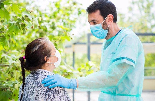 Psicólogo EAPS con un paciente durante la pandemia.