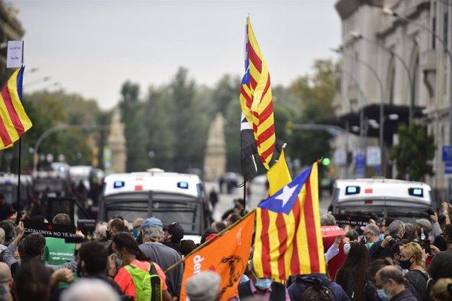 Participants amb banderes independentistes en la manifestació. Barcelona.  Catalunya (Espanya), 9 d'octubre del 2020.