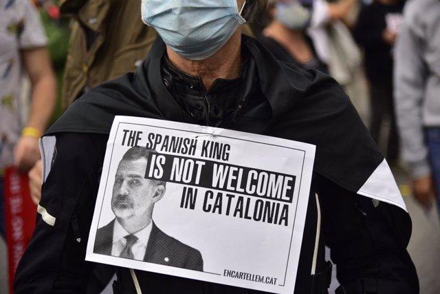 Pancarta que rebutja la visita del rei Felip VI a Barcelona en un acte del BNEW.