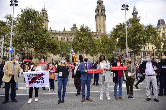 La portaveu de JxCat al Congrés, Laura Borràs, el vicepresident primer del Parlament, Josep Costa, i la líder de JxCat a l'Ajuntament de Barcelona i diputada del Parlament, Elsa Artadi, participen en la protesta contra la visita del rei.