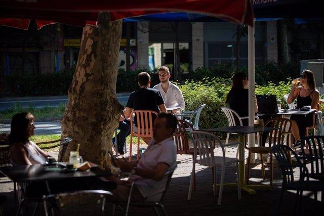 Varias personas disfrutan en la terraza de un bar durante la reapertura al público de las terrazas (Archivo)