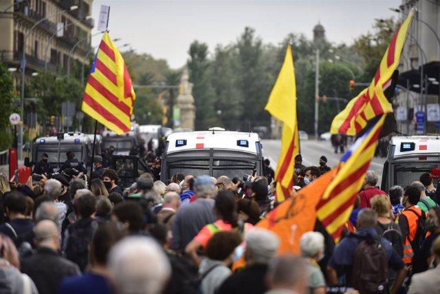 Participants amb banderes independentistes en la manifestació en protesta per la visita del rei.