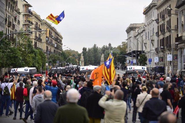 Manifestants davant del cordó policial a l'estació de França de Barcelona per la visita del rei Felip VI en la BNEW.